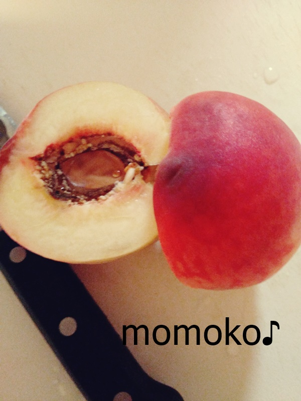 桃の皮むき・・・真っ二つ