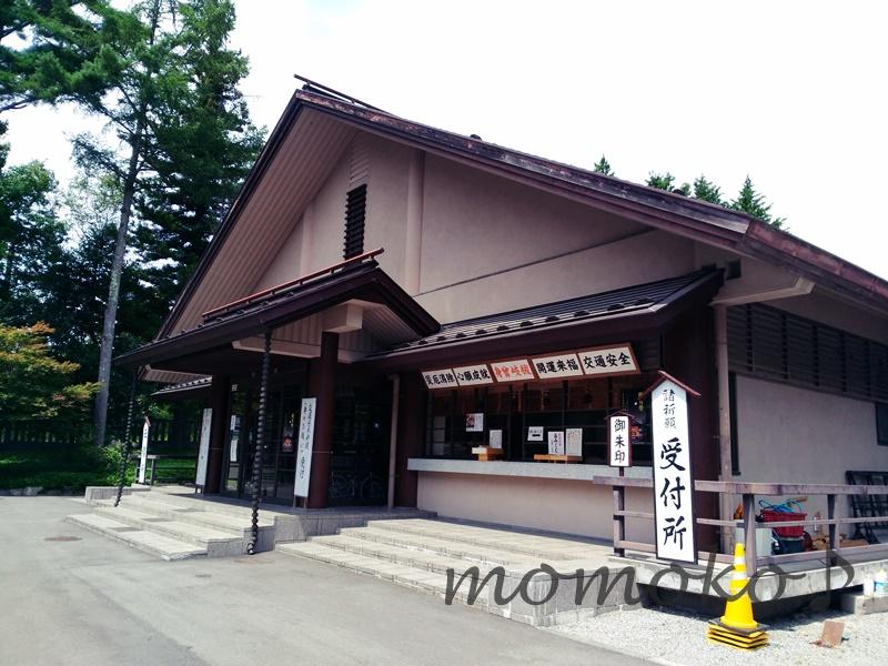 身曾岐神社の社務所は駐車場にある